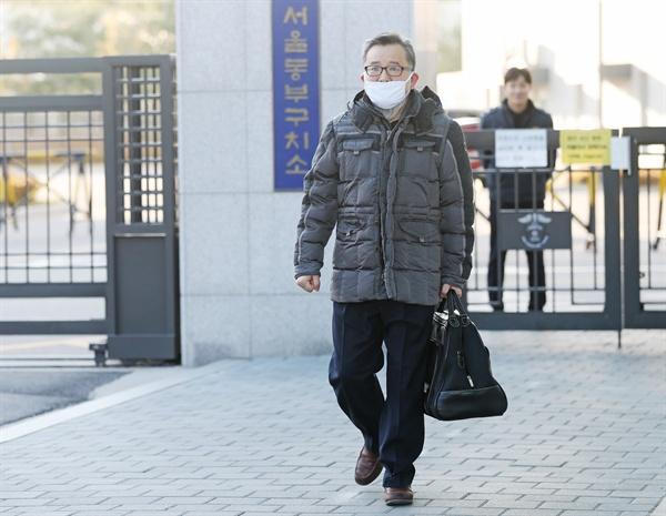 3억원대 뇌물 혐의, 성접대 혐의와 관련해 1심 무죄를 선고받은 김학의 전 법무부 차관이 22일 오후 서울 동부구치소에서 석방되어 나오고 있다.