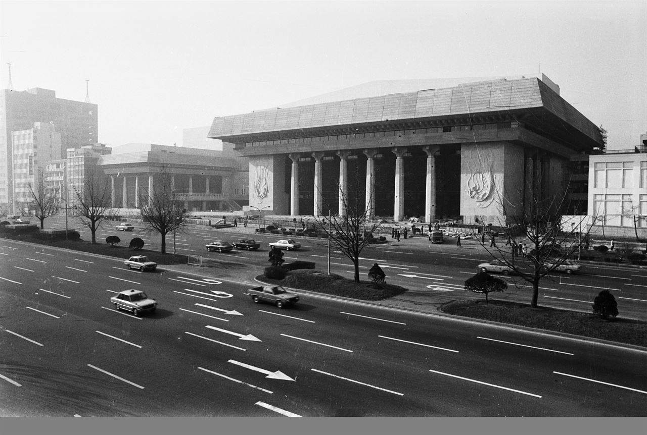 완공 시점의 세종문화회관 세종문화회관은 1974년에 착공하여 1978년 완공되었다. 대강당, 음악당, 회의장을 ㄷ자 형태로 배치했다. 안채, 사랑채, 행랑채의 한옥 배치 구조를 구현한 것이다. 전통 건축의 지붕을 현대적으로 재해석하고 지붕에 서까래 조형을 살렸다.