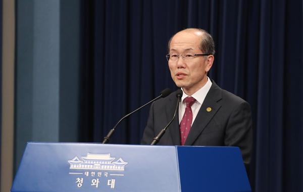 김유근 국가안보실 1차장이 22일 오후 청와대에서 한일 군사정보보호협정(GSOMIA·지소미아) 관련 브리핑을 하고 있다.