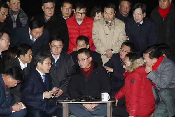 강기정 청와대 정무수석(왼쪽)이 22일 오후 청와대 앞 분수대 광장에서 단식 중인 자유한국당 황교안 대표를 찾아 지소미아 효력정지 연기 관련 설명을 하고 있다.