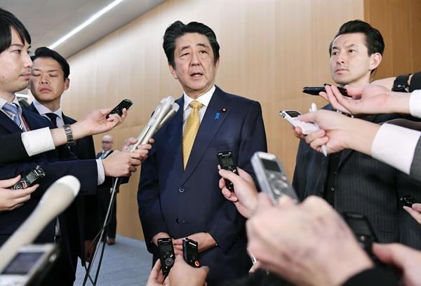 """아베 신조(安倍晋三) 일본 총리가 22일 한일 군사정보보호협정(GSOMIA·지소미아)이 연장된 것과 관련해 의견을 밝히고 있다. 아베 총리는 """"한국이 전략적 관점에서 판단한 것""""이라고 말했다."""