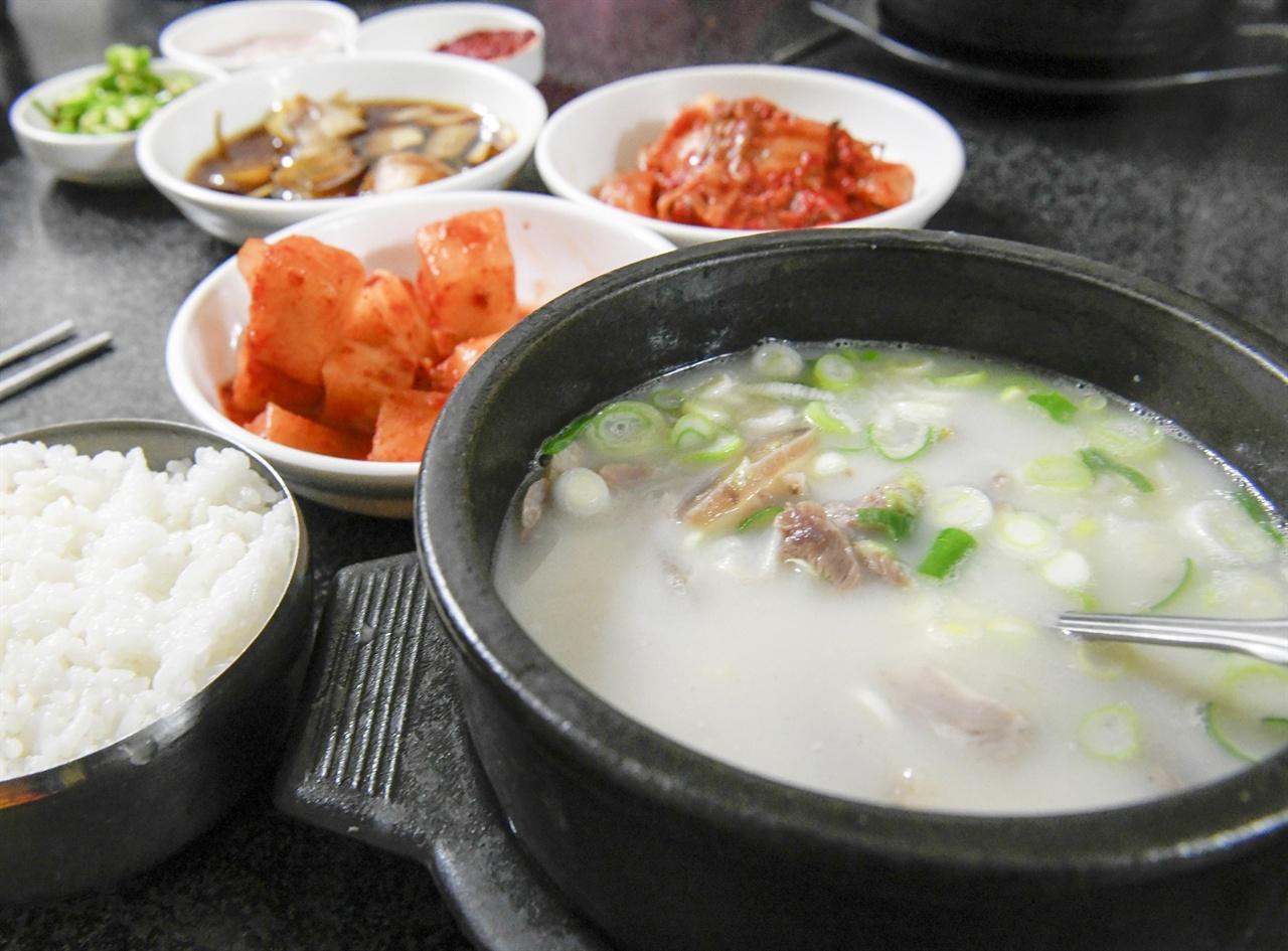 장보러 와서 뚝배기 가득 밥 말아 깍뚜기와 먹는 장터국밥은 장날 빠뜨릴수 없는 재미다.