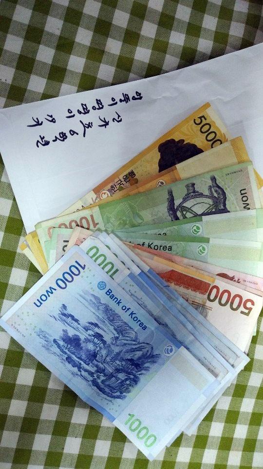 학생들이 국화를 팔아 마련한 15만원의 후원금.