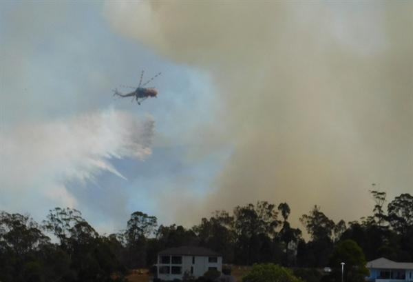 비행기가 계속 돌아가며 산불 진압에 안간힘을 쏟고 있다.