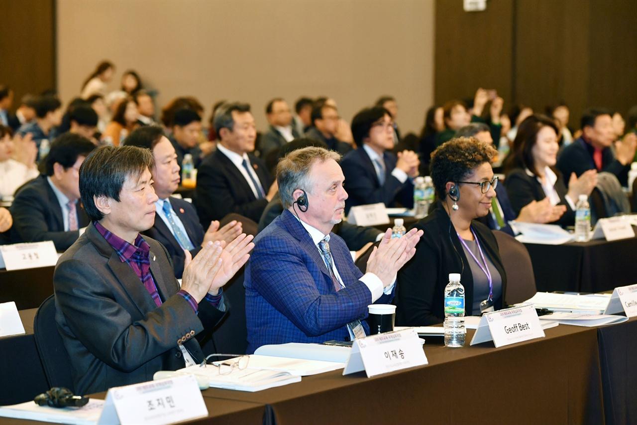 오세정 서울대 총장의 강연에 박수로 공감을 표시하는 교육 관계자들