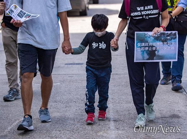 홍콩 구의원 선거를 하루 앞 둔 23일 최루탄 사용 반대에 나선 학부모들과 자녀들이 함께 구룡통 역에서 출발해  행진을 하고 있다.
