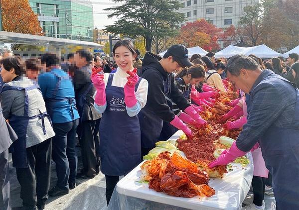 23일 오전 구로구청 마당에서 진행된 영화인 사랑의 김치 나누기 행사에 참석한 그룹 소나무 지수민