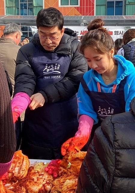 23일 오전 구로구청에서 열린 '영화인 김치 나누기 행사'에 참석한 배우 손현주