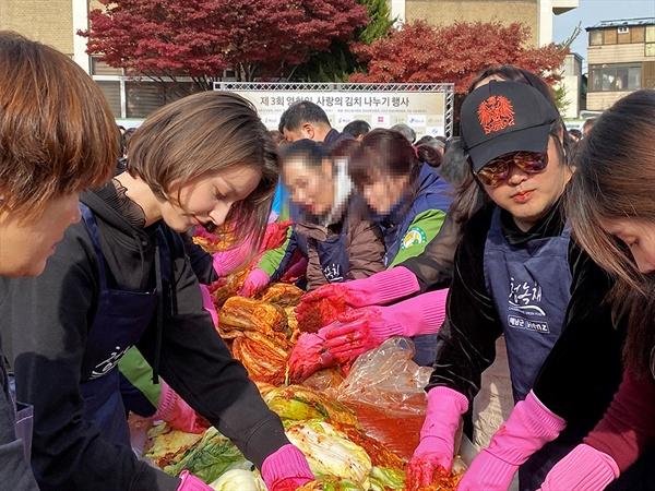 23일 오전 구로구청에서 열린 '영화인 김치 나누기 행사'에 참석한 배우 김보성