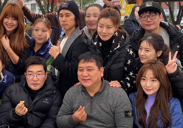 23일 오전 영화인 김치 나누기 행사에 참석한 손현주, 정태우, 유선 등 배우들과 양윤호 감독.