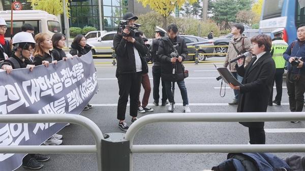 홍콩의 진실을 알리는 학생모임 영한번역팀의 백지원씨가 행진 도중 발언하고 있다.