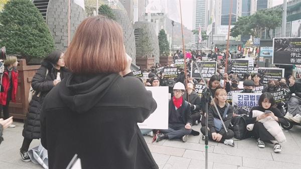 긴급행동 참가자들이 중국대사관 근처에서 중국정부를 규탄하는 구호를 외치고 있다.