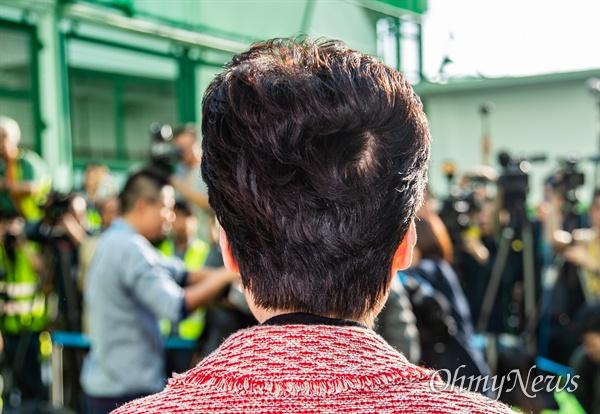 캐리 람 홍콩 행정장관이 24일 오전 홍콩 레이몬디 대학에서 구의원 선거 투표를 마치고 기자회견을 하고 있다.