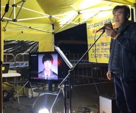 20210415 청와대 촛불 버스킹에서 편지를 낭독하고 있는 김재만씨 .