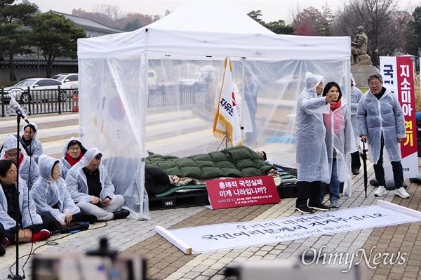 누워 있는 황교안 대표 자유한국당이 24일 오후 청와대 앞 분수대에서 긴급의원총회를 열었다. 황교안 한국당 대표가 5일째 단식투쟁을 이어가는 가운데, 긴급의원총회가 열리기 전 천막 안에서 누워 휴식을 취하고 있다.