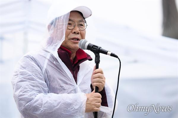 발언하는 박맹우 사무총장 박맹우 자유한국당 사무총장이 24일 오후 청와대 앞 분수대에서 긴급의원총회에 참석해 황교안 한국당 대표의 건강이 좋지 않다고 설명하고 있다.