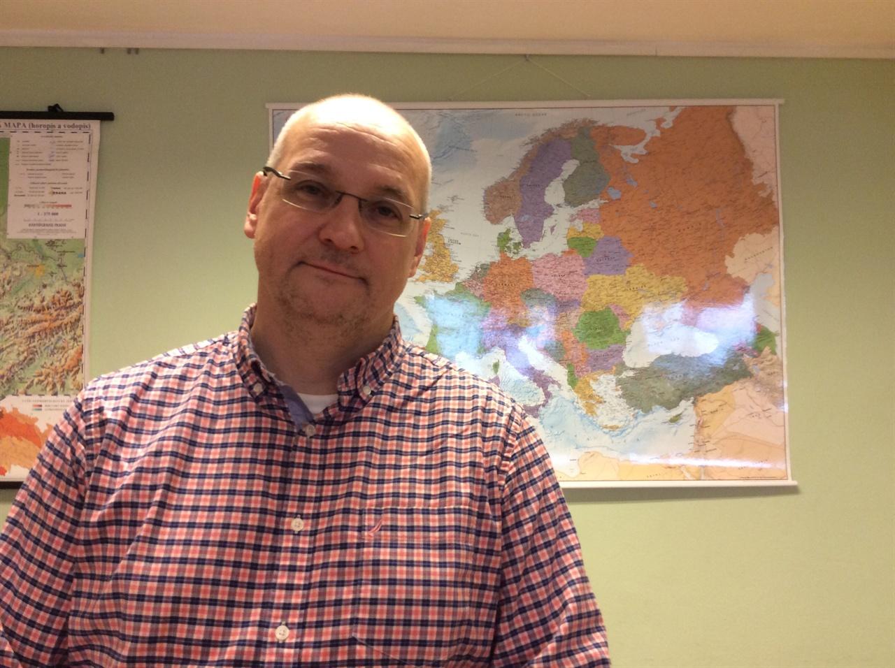 바츨라프 바르추쉬카 교수 바츨라프 바르추쉬카 교수가 자신이 강의하고 있는 프라하 소재 뉴욕대에서 인터뷰후 포즈를 취하고 있다.