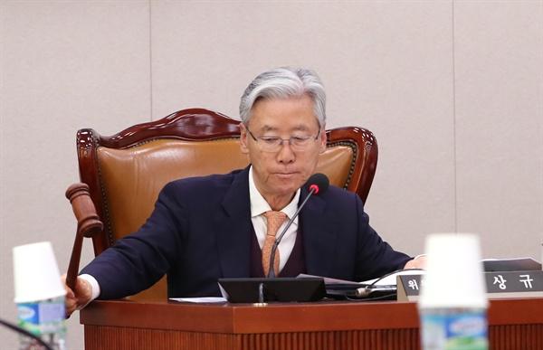 여상규 국회 법사위원회 위원장이 19일 오전 국회에서 열린 전체회의에서 안건을 의결하고 있다.