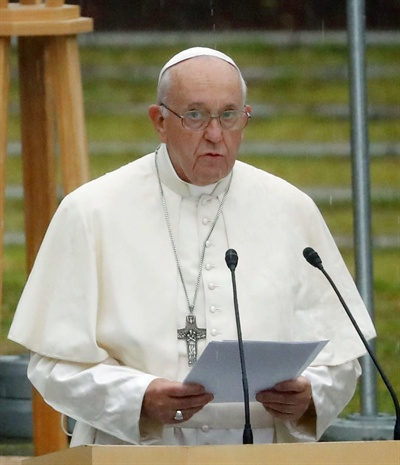 나가사키에서 연설하는 교황  24일 오전 프란치스코 교황이 원자폭탄이 투하됐던 나가사키에서 반핵 메시지를 발표하고 있다.