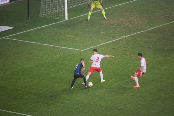76분, 인천 유나이티드 골잡이 무고사(왼쪽 파랑 검정 유니폼)의 절묘한 어시스트 순간