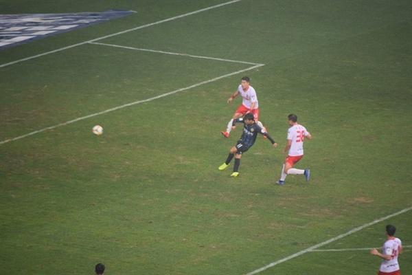 76분, 인천 유나이티드 문창진이 왼발 슛으로 귀중한 골을 터뜨리는 순간