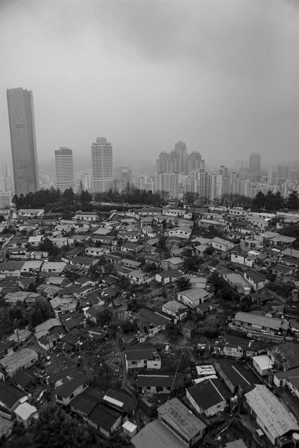 나지막한 문현동 돌산마을 뒷쪽에 고층 건물들이 눈에 들어온다.