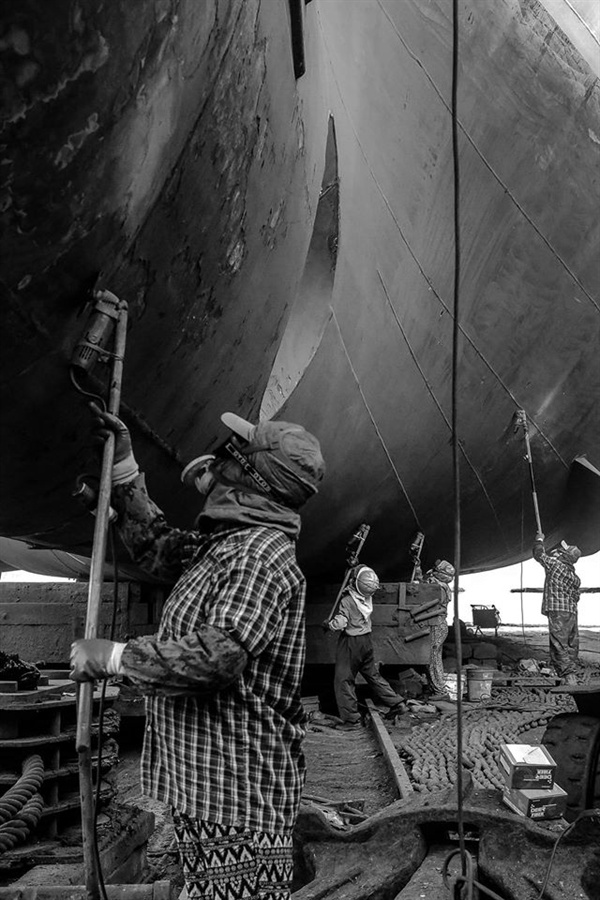 그라인드 작업을 하는 조선수리소 노동자이다. 하청노동자이며 오랫동안 이 일을 한 노인들과 외국인 노동자들이 대부분이다.