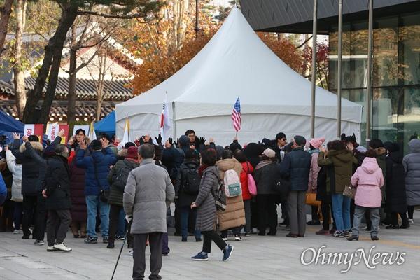 '만세' 외치는 황교안 대표 지지자들 25일 오후 황교안 자유한국당 대표가 청와대앞에서 6일째 단식농성을 벌이는 가운데, 수십명의 지지자들이 태극기와 성조기를 흔들며 농성천막 주변에서 '만세'를 외치고 있다.