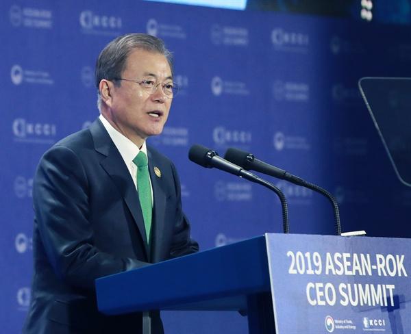문재인 대통령이 25일 오전 부산 벡스코 2전시장에서 열린 2019 한-아세안 특별 정상회의 'CEO 서밋(Summit)'행사에서 기조연설을 하고 있다.