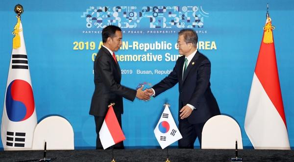 문재인 대통령과 조코 위도도 인도네시아 대통령이 25일 부산 한 호텔에서 양국 양해각서를 체결한 뒤 악수하고 있다.