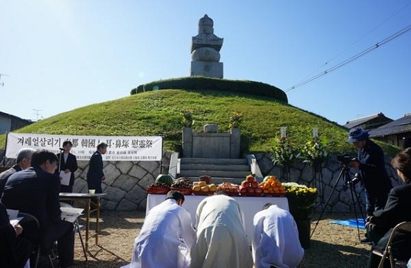교토 미미츠카 귀무덤에서 우리나라 사람들이 해마다 제의를 지내고 있습니다.