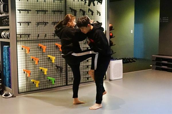 무릎 차기 단단한 무릎뼈를 이용하여 상대의 가랑이 사이에 밀어 올린다는 느낌으로 힘껏 올려줍니다.