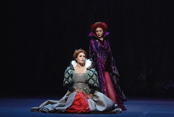 라벨라오페라단의 '마리아 스투아르다'에서 두 여왕 스투아르다(소프라노 강혜명)과 엘리자베타(소프라노 고현아)의 대결.
