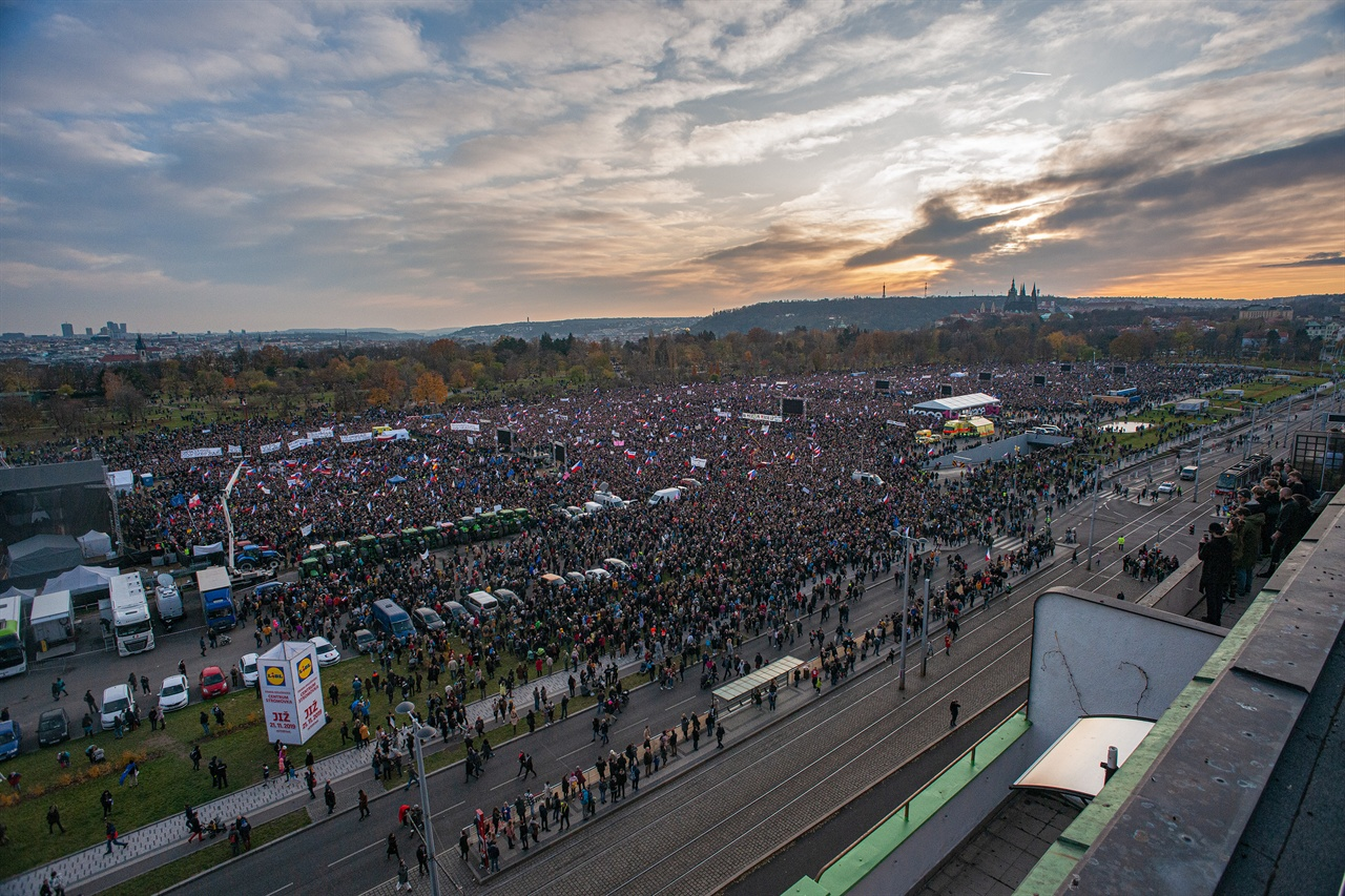 체코 촛불 프라하의 레트나 부지에 약 30만명의 시민이 모여 안드레이 바비쉬 총리의 퇴진을 요구했다.