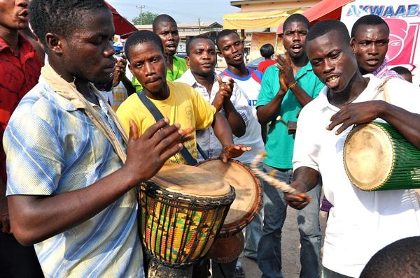 아프리카에 흔한 전통의 악기로 사람들이 음악을 연주하고 있다.