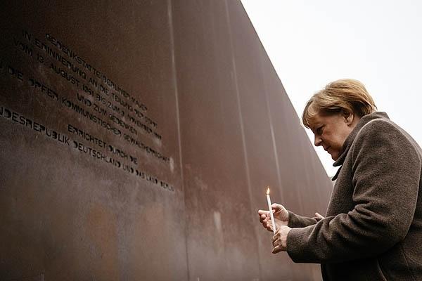 앙겔라 메르켈 독일 총리가 지난 9일 '베를린 장벽 붕괴 30주년' 기념식에서 촛불을 밝히고 있다.