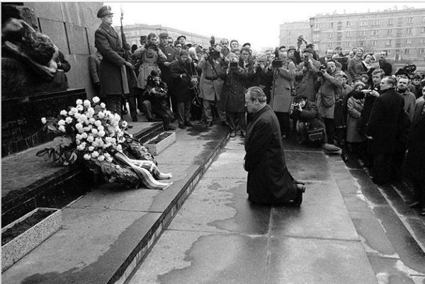 빌리 브란트 전 독일 총리가 지난 1970년 폴란드 바르샤바의 유태인 게토 앞에서 무릎을 꿇고 사죄하고 었다.