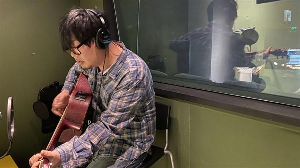 영화 <삽질>의 음악을 맡은 양정원 감독. 현재 멜론, 애플뮤직 등에서 OST 앨범을 들을 수 있다.