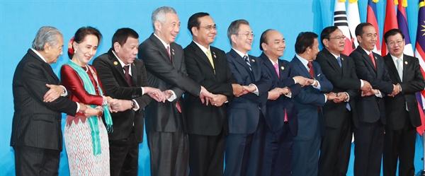 문재인 대통령이 26일 오전 부산 벡스코에서 열린 2019 한-아세안 특별 정상회의에서 참석자들과 기념촬영을 하고 있다. 왼쪽부터 마하티르 모하맛 말레이시아 총리, 아웅산 수치 미얀마 국가고문, 로드리고 두테르테 필리핀 대통령, 리셴룽 싱가포르 총리, 쁘라윳 짠-오차 태국 총리, 문 대통령, 응우옌 쑤언 푹 베트남 총리, 하사날 볼키아 브루나이 국왕, 프락 속혼 캄보디아 부총리 겸 외교부 장관, 조코 위도도 인도네시아 대통령, 통룬 시술릿 라오스 총리.