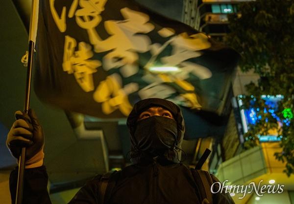 홍콩 구의원 선거가 범야권의 압승 결과로 나온 25일 오후 홍콩 이공대학교 앞에서 경찰의 봉쇄로 빠져나오지 못하고 있는 학생들의 구조를 요구하는 집회가 열리고 있다.