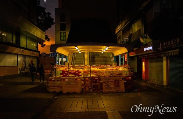 25일 오후 홍콩 이공대학교 앞에서 경찰의 봉쇄로 빠져나오지 못하고 있는 학생들의 구조를 요구하는 집회가 끝난 후 이공대로 진입 할 수 있는 통행로가 막혀져 있다.