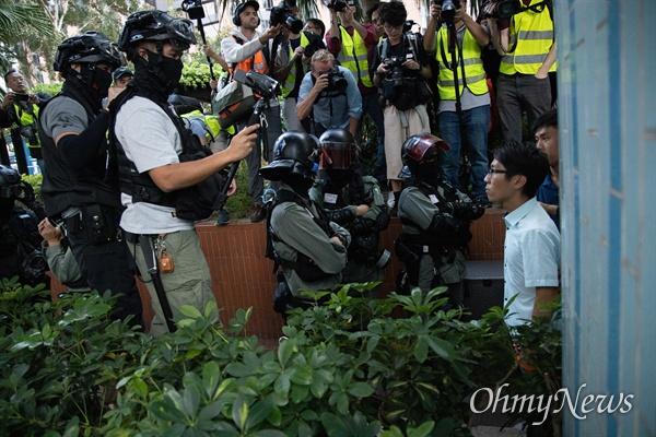 홍콩 구의원 선거가 범야권의 압승 결과로 나온 25일 오후 홍콩 이공대학교 앞에서 경찰의 봉쇄로 빠져나오지 못하자 선거 당선자들이 학생들을 만나게 해달라는 요구를 하고 있다.