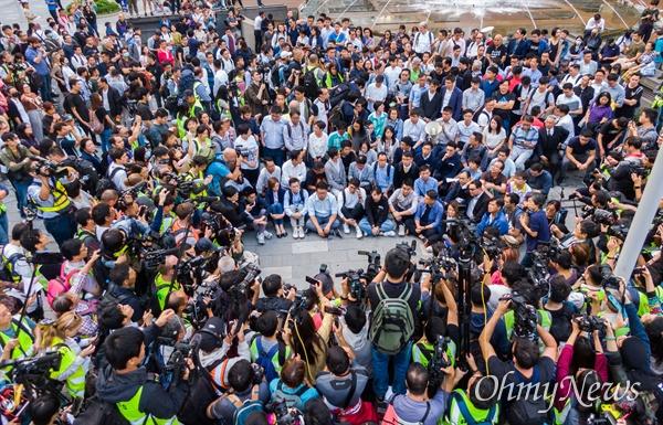 홍콩 구의원 선거가 범야권의 압승 결과로 나온 25일 오후 홍콩 이공대학교 앞에서 경찰의 봉쇄로 빠져나오지 못하고 있는 학생들의 구조를 요구하는 선거 당선인드의 기자회견이 열리고 있다.