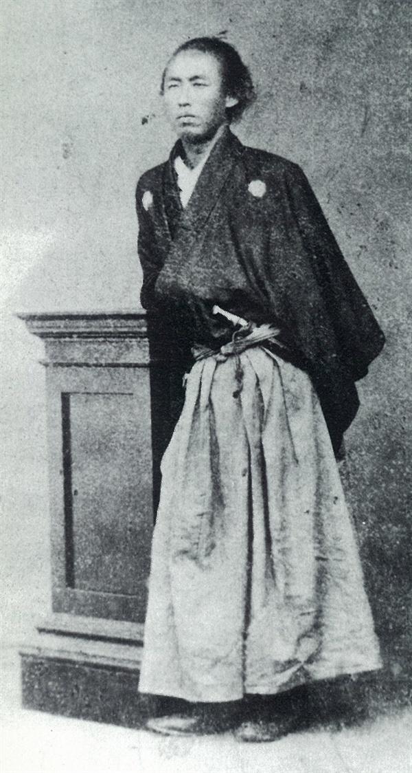 사카모토 료마(坂本龍馬) 에도 시대 무사인 료마는 사쓰마와 조슈의 '삿조동맹'(薩長同盟)을 이끌어냈다. 삿조동맹은 1867년 11월 9일 도쿠가와 막부가 천황에게 권력을 넘기는 '타이세이호칸'(大政奉還)으로 이어졌다. 료마는 일본 근대화의 발판을 마련한 인물로, 일본인이 가장 추앙하는 인물 중 하나다.