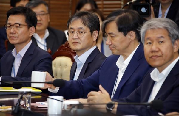 조국 민정수석(오른쪽 두번째)과 박형철 반부패비서관(오른쪽 세번째)이 20일 오후 청와대에서 열린 수석보좌관회의에 나란히 참석하고 있다. 2019.5.20