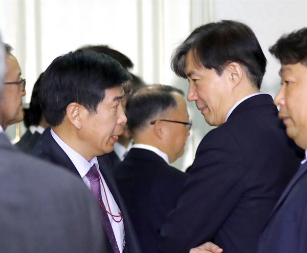 청와대 조국 민정수석(오른쪽)과 백원우 민정비서관이 20일 오전 청와대에서 열린 제3차 반부패정책협의회에서 얘기를 나누고 있다. 2018.11.20