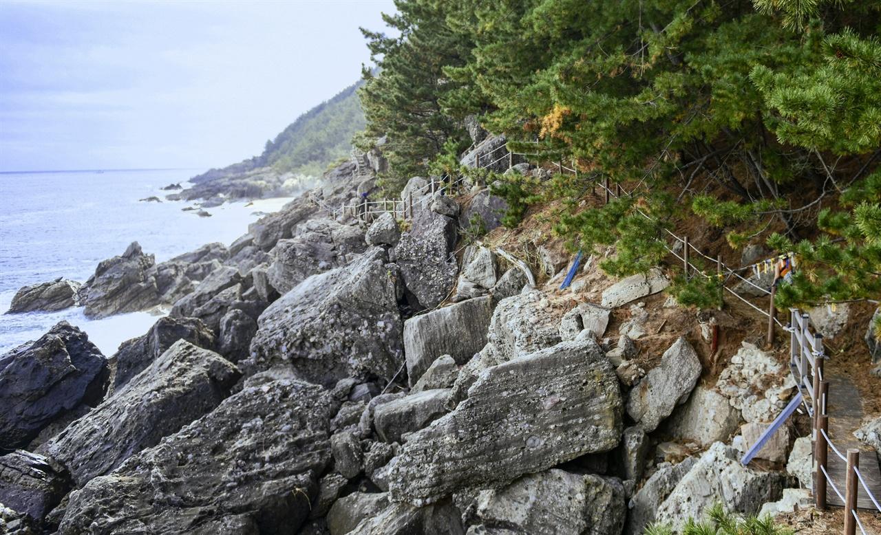 바위길이 만만치 않지만 파도소리와 함께 걷는 맛에 비할바가 아니다.