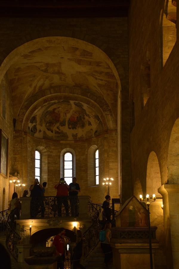 성 이르지 성당 내부. 오랜 역사의 성당 내부는 너무나 고풍스럽다.