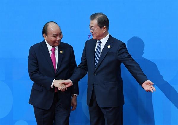 문재인 대통령이 지난 26일 부산 벡스코에서 한-아세안 특별정상회의에 참석하는 응우옌 쑤언 푹 베트남 총리와 인사하고 있다.