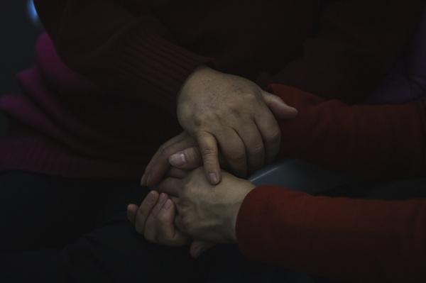 이야기를 나누며 두손을 꼭 잡고 서로에게 하지 못했던 말을 하고 있다.